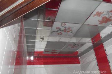Потолок зеркально-белый с матовыми вставками и цветным декором