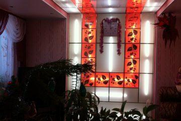 """Потолок матовый с зеркальным декором """"Лоза"""" и красной подсветкой"""