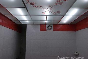 """Матовый потолок с цветным декором """"Сакура"""" и серебряными вставками"""