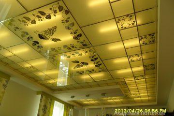 """Матовый потолок с зеркальным декором """"Виноградная лоза"""" и серебряными вставками"""