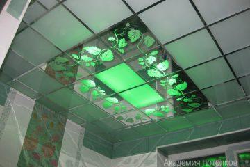 """Матово-зеркальный потолок с декором """"Лоза"""", серебряными вставками и зелёной подсветкой."""
