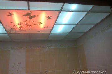 """Матовый потолок с декором """"Бабочки"""" и оранжевой подсветкой"""