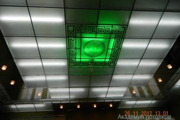 Потолок матовый с зеркальным декором, серебряными вставками и зелёной подсветкой.