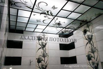 Матовый потолок с зеркальными вставками и цветочным декором в ванной