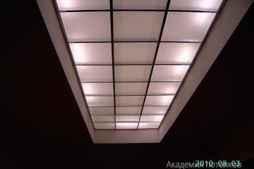 Потолок из матового стекла с подсветкой по бокам