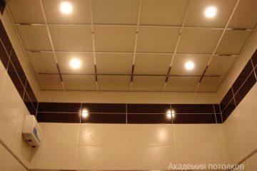 Потолок из матового стекла с серебристыми вставками и светильниками