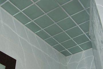Потолок из матового зеленоватого стекла с серебристыми вставками
