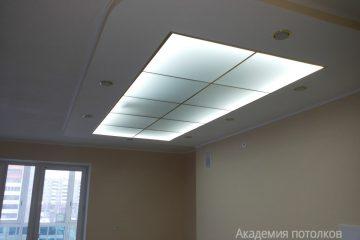 Комбинированный потолок со вставкой из матового стекла с подсветкой