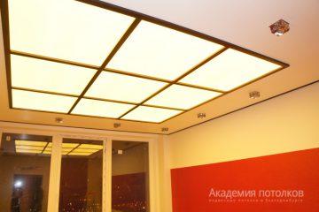 Потолок из матового стекла с золотыми вставками и подсветкой