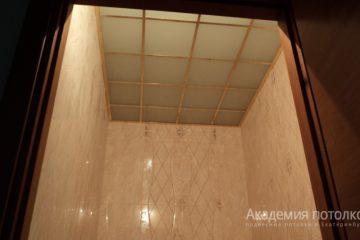 Потолок из матового стекла с золотыми вставками