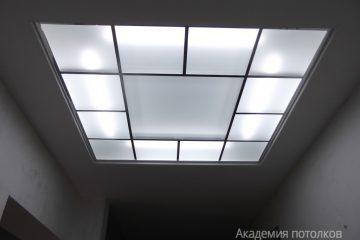 Комбинированный потолок с матовым стеклом, серебристыми вставками и подсветкой