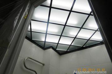 Потолок из матового стекла с серебристыми вставками и подсветкой