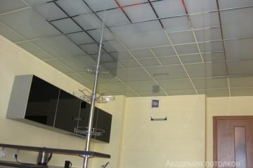 Потолок из матового стекла с хромированными вставками на кухне