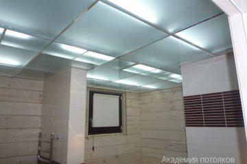 Потолок из голубоватого матового стекла с хромированными вставками и подсветкой