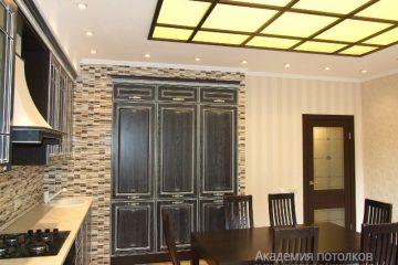 Комбинированный потолок со вставками из матового стекла с коричневыми вставками и желтой подсветкой