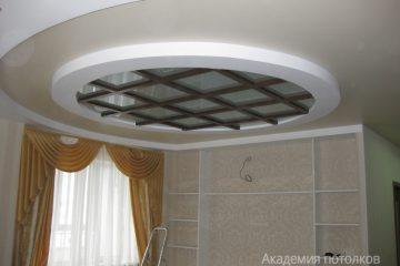 Комбинированный потолок с круглой вставкой из матового стекла с коричневыми полосами