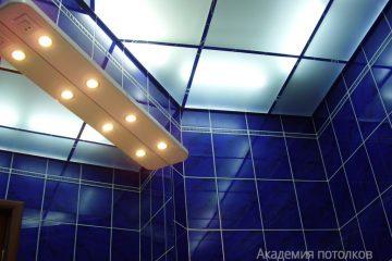 Потолок из матового стекла с хромированными вставками и подсветкой в туалете