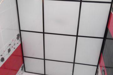Потолок из белого матового стекла с черными вставками