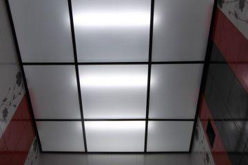 Потолок из белого матового стекла с черными вставками и подсветкой