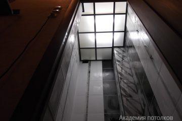 Потолок из матового стекла с подсветкой и коричневыми вставками