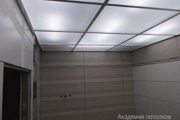 Потолок в ванной из матового стекла с подсветкой и хромированными вставками