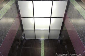 Потолок из матового стекла с подсветкой в туалете