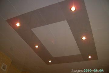 Кассетный потолок 30х30 на скрытой подвесной системе белый с вставками бежевый жемчуг