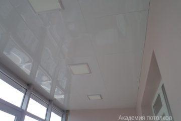 Кассетный потолок 30х30 на скрытой подвесной системе на балконе белый со встраиваемыми светодиодными панелями 30х30