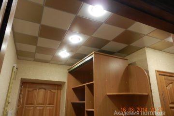 Кассетный потолок 30х30 на скрытой подвесной системе бежево-золотой в шахматном порядке