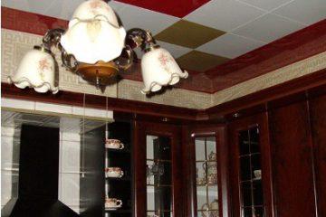 Кассетный потолок 30х30 на скрытой подвесной системе бело-красный с золотом