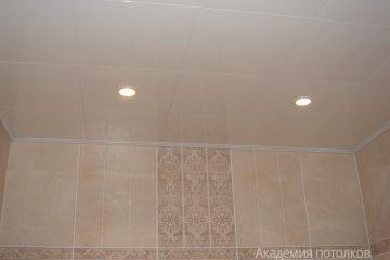 Кассетный потолок 30х30 на скрытой подвесной системе кремовый в ванной