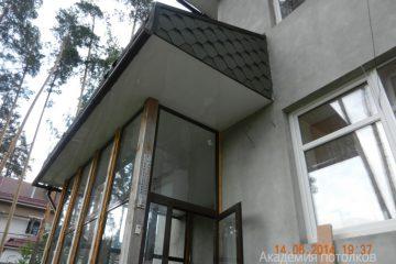 Кассетный потолок 30х30 на скрытой подвесной системе белый на уличном козырьке