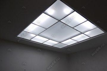 """Потолок из матового стекла с подсветкой в комнате на системе """"суперхром"""""""