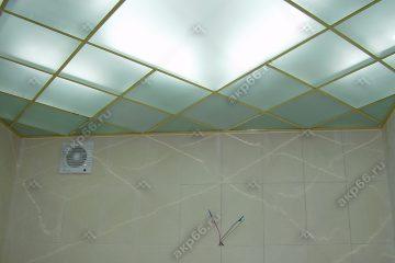 Потолок из матового стекла в ванной комнате с подсветкой на золотой системе