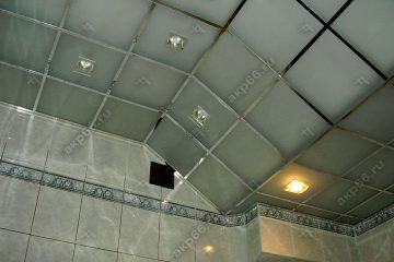 Потолок из матового стекла в ванной комнате на хромированной системе с наклоном