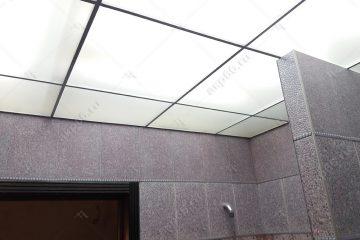 Потолок из матового стекла в ванной комнате с подвесной системой металлик