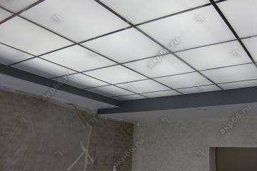 Потолок из матового стекла с подсветкой в комнате на хромированной системе