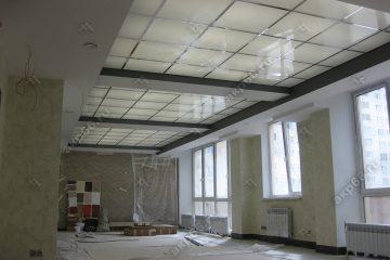 """Потолок в офисе из матового стекла с подсветкой подвесная система """"суперхром"""""""