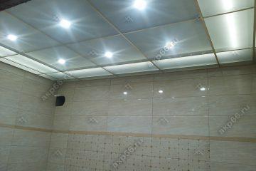 Потолок из матового стекла с подсветкой в ванной комнате подвесная система супер-золото
