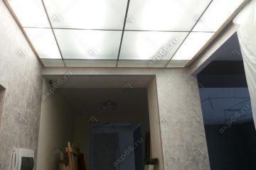 Потолок в коридоре из матового стекла с подсветкой подвесная система супер-золото