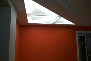 Потолок из матового стекло в комнате