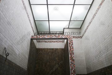 Матовое потолок с подсветкой в душевом комнате