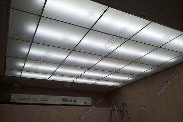 """Потолок из матового стекла на кухне с подвесной системой """"суперзолото"""""""