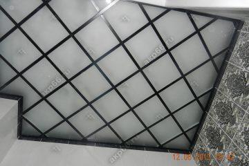 Потолок из матового стекла в ванной комнате с черной подвесной системой