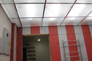 Потолок из матового стекла в ванной комнате с подсветкой на хромированной системе