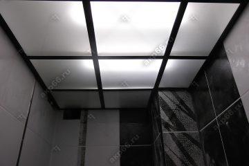 Потолок из матового стекла в туалете на черной подвесной системе