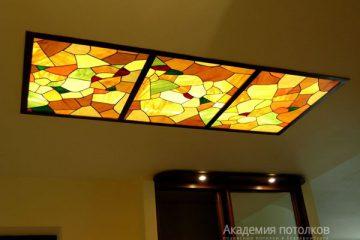 Комбинированный потолок с витражными вставками и коричневыми перегородками