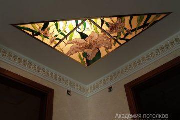 Комбинированный потолок с треугольными витражными вставками