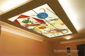 Комбинированный потолок с витражной вставкой и золотыми перекладинами