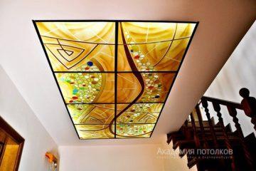 Комбинированный потолок с витражной вставкой и коричневыми перекладинами